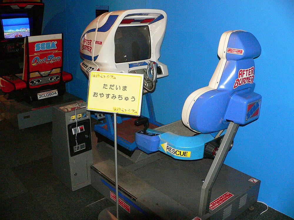 ロックオンミサイル攻撃や自機のローリングなど、リアルなドッグファイトが楽しめる3Dシューティングゲームの「アフターバーナーII」(1987年、セガ)。残念ながら開催初日は稼働停止中であった