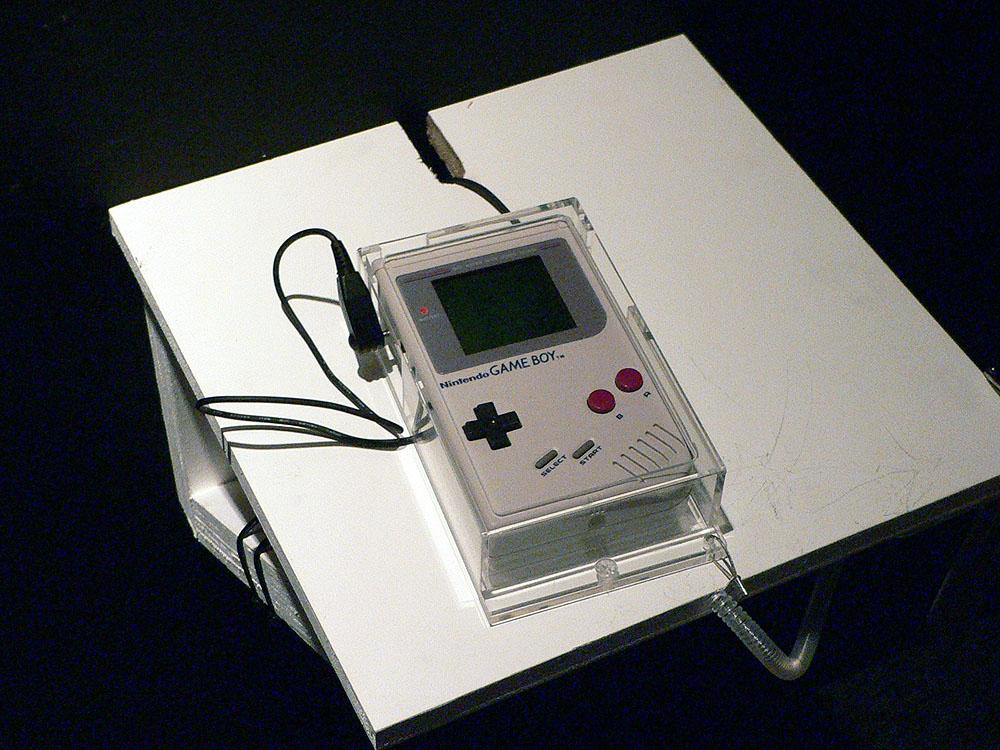 ゲームボーイ(初期型)の白黒モニターが懐かしい。スクウェアのRPG「魔界塔士 サ・ガ」(1989年、スクウェア)が遊べるようになっていた
