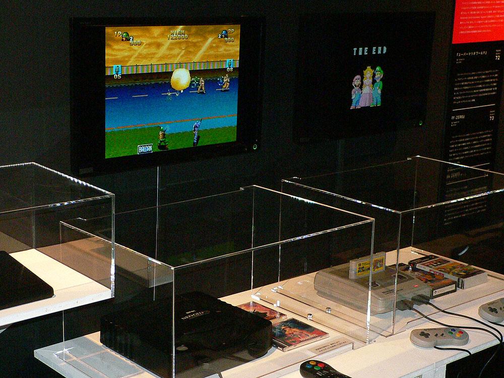 左側はネオジオで、ゲームは本体発売と同時に登場したアクションゲームの「NAM-1975」(1990年、SNK ※現SNKプレイモア)。右側はスーパファミコン版の「スーパーマリオワールド」(1990年、任天堂)