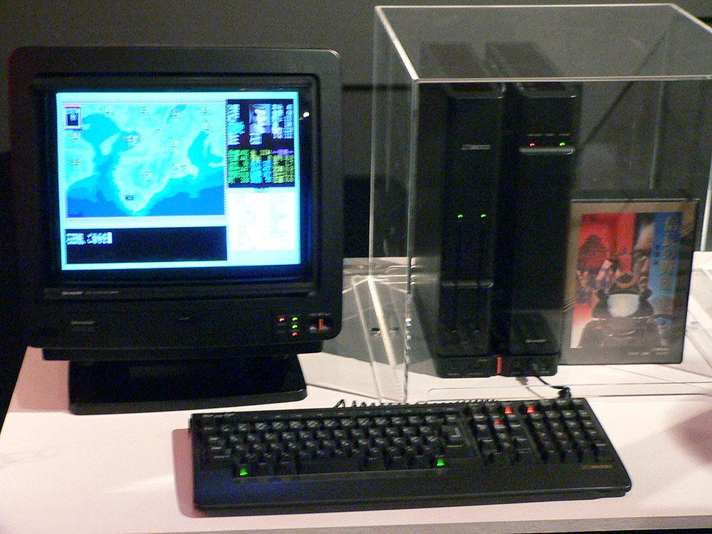 ホビーパソコン3種。右から順に、MSX2用シューティングゲームの「グラディウス2」(1987年、KONAMI)、X68000版の歴史シミュレーションの定番「信長の野望・全国版」(1986年、コーエー ※現コーエーテクモゲームス)、PC-8801mkIISRではアクションRPGの「イース」(1987年、日本ファルコム)が遊べるようになっていた