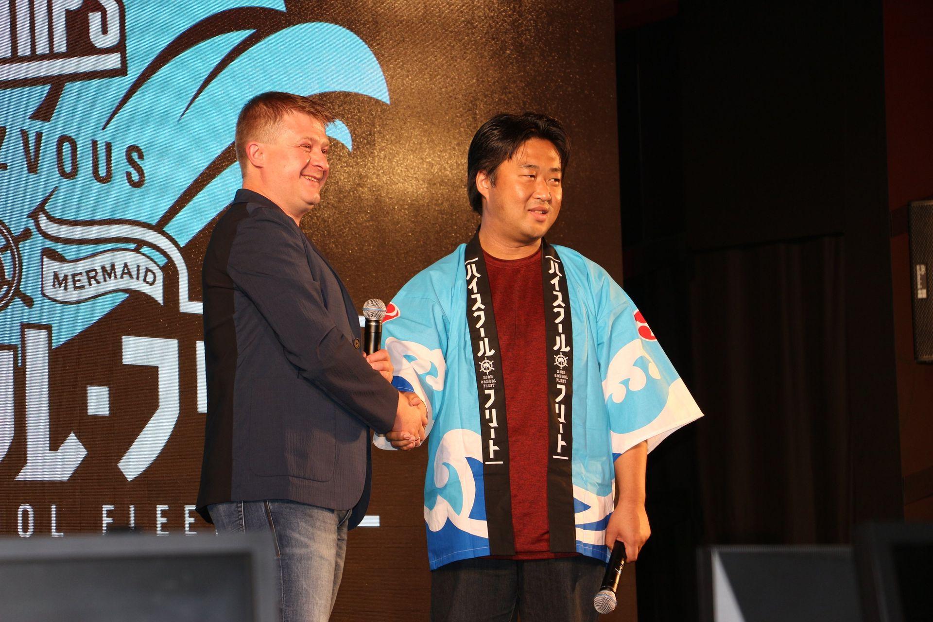 「ハイスクール・フリート」プロデューサーの柏田真一郎氏と握手