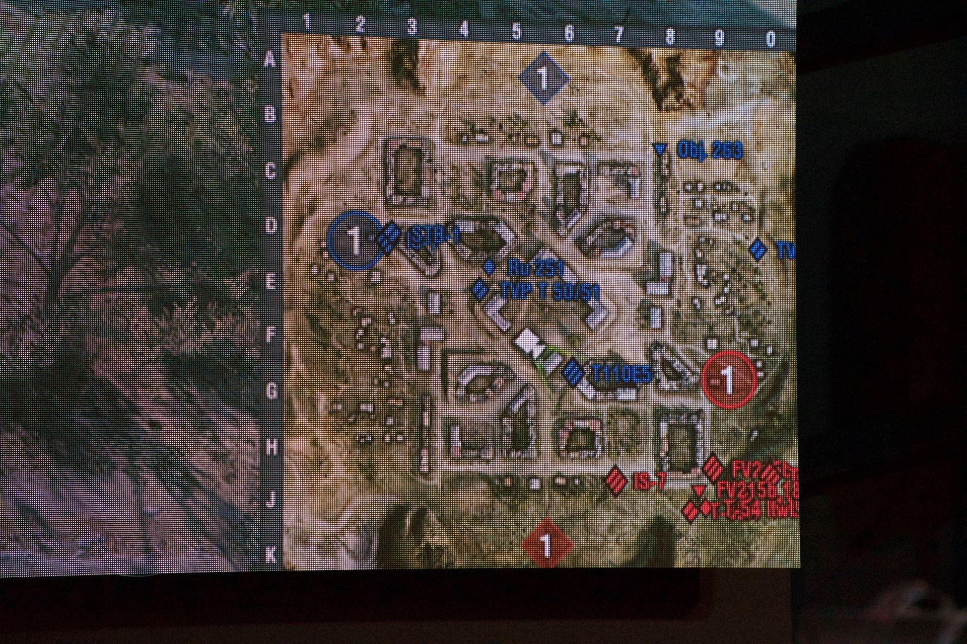 赤のG-GEARチームが南東の高台を占拠し、装甲の硬いT100T5で叩くという戦法(左)だったが、終盤は陣を構えていることを逆手にとられ、青のGALLERIAチームに包囲殲滅されてしまった(右)