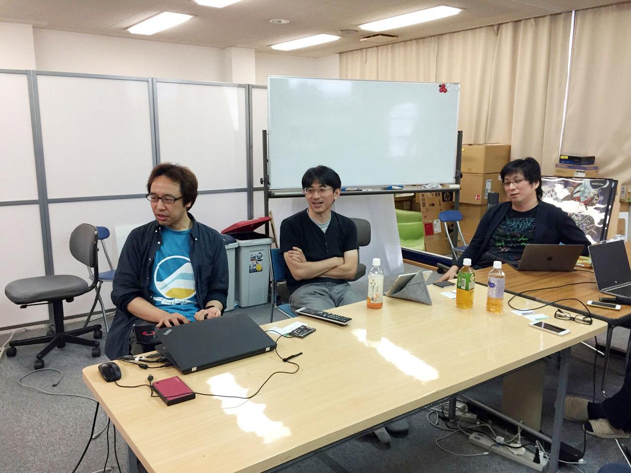 写真内の左から順に、プランナーの久保田氏、ディレクターの長野氏、堀井社長。開発中バージョンでの実演プレイも交えつつ、たっぷりとお話を伺った