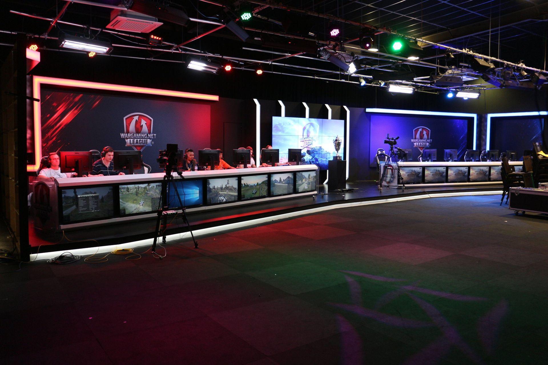 会場となったのは、大会運営でグローバルパートナーシップを結んでいるESLが所有するスタジオESL Studio。スタジオは100人入れば満席ぐらいの規模だが、専用線が引かれており、快適な環境で試合に臨むことができる
