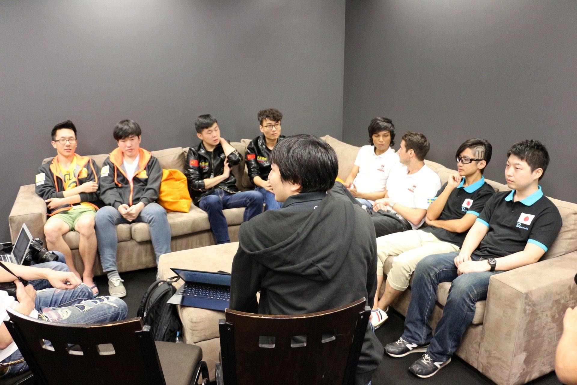 選手インタビューは、各チームの代表が参加して合同で行なわれた