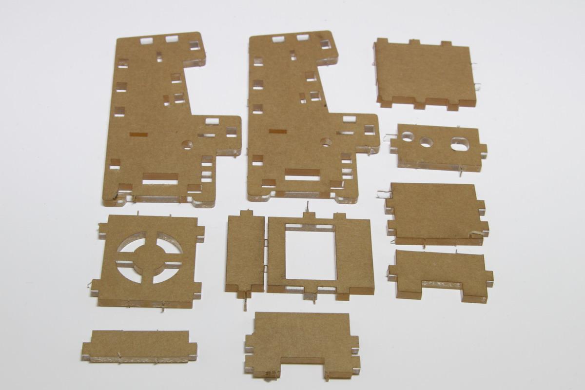 筐体を構成するアクリル樹脂パーツ