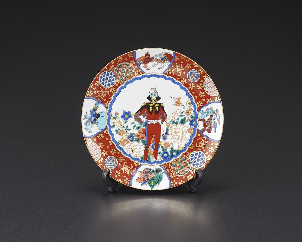 7号皿の裏面には、シャアのエンブレムが描かれている