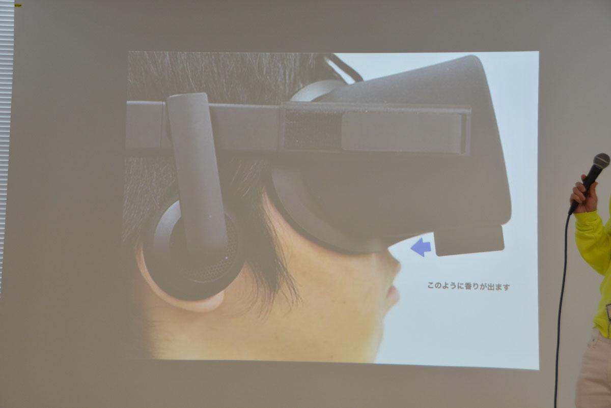 「VAQSO VR」の試作品。スニッカーズと同じくらいの大きさで、VRゴーグルの下部に装着する。試作品では3種類だが、製品版では5個以上の匂いがセットできる予定だという