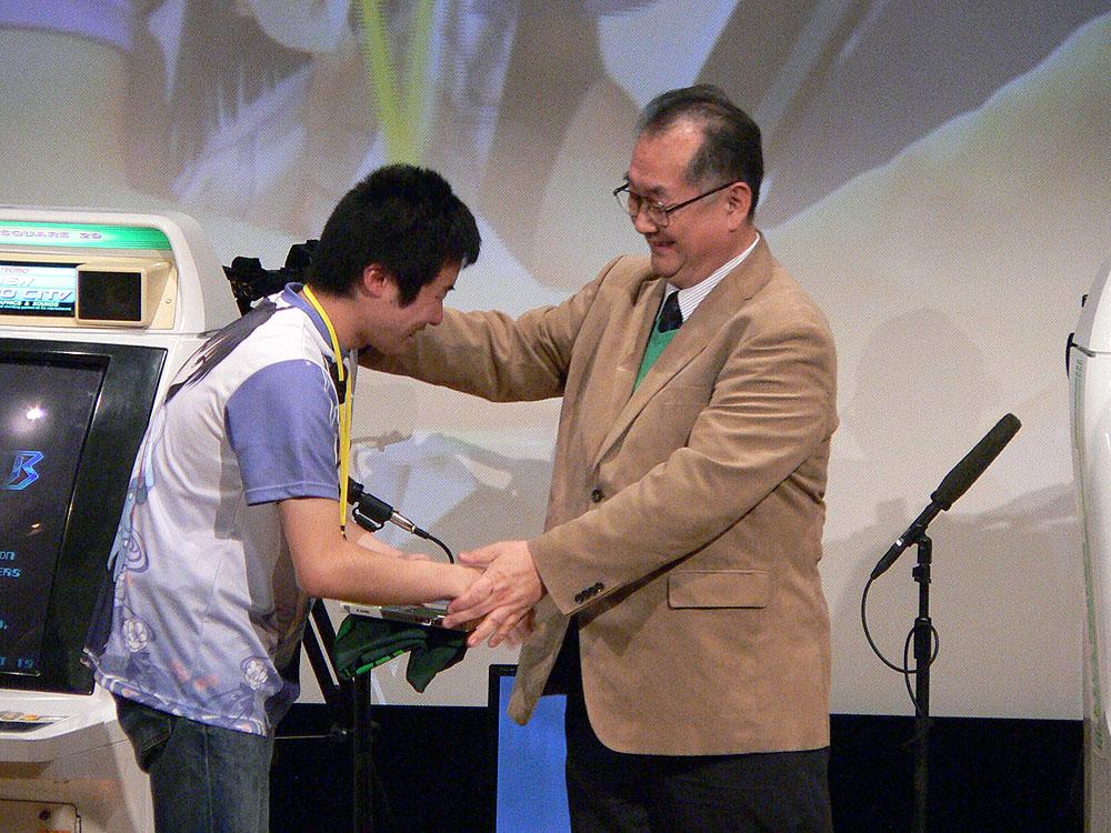「だってオッサンばっかじゃん……」などと終始自虐的なコメントを連発していた遠藤氏(右)だったが、若者の大健闘には終始ご満悦。表彰式では感涙にむせぶよくでる選手を優しく抱擁