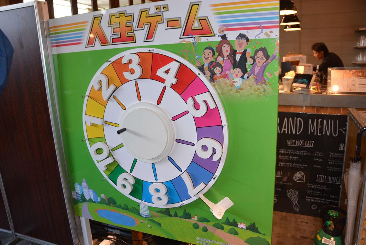 Cafeには人生ゲームの飾りが。「人生ゲームMOVE !」もプレイでき、初代「人生ゲーム」なども展示される