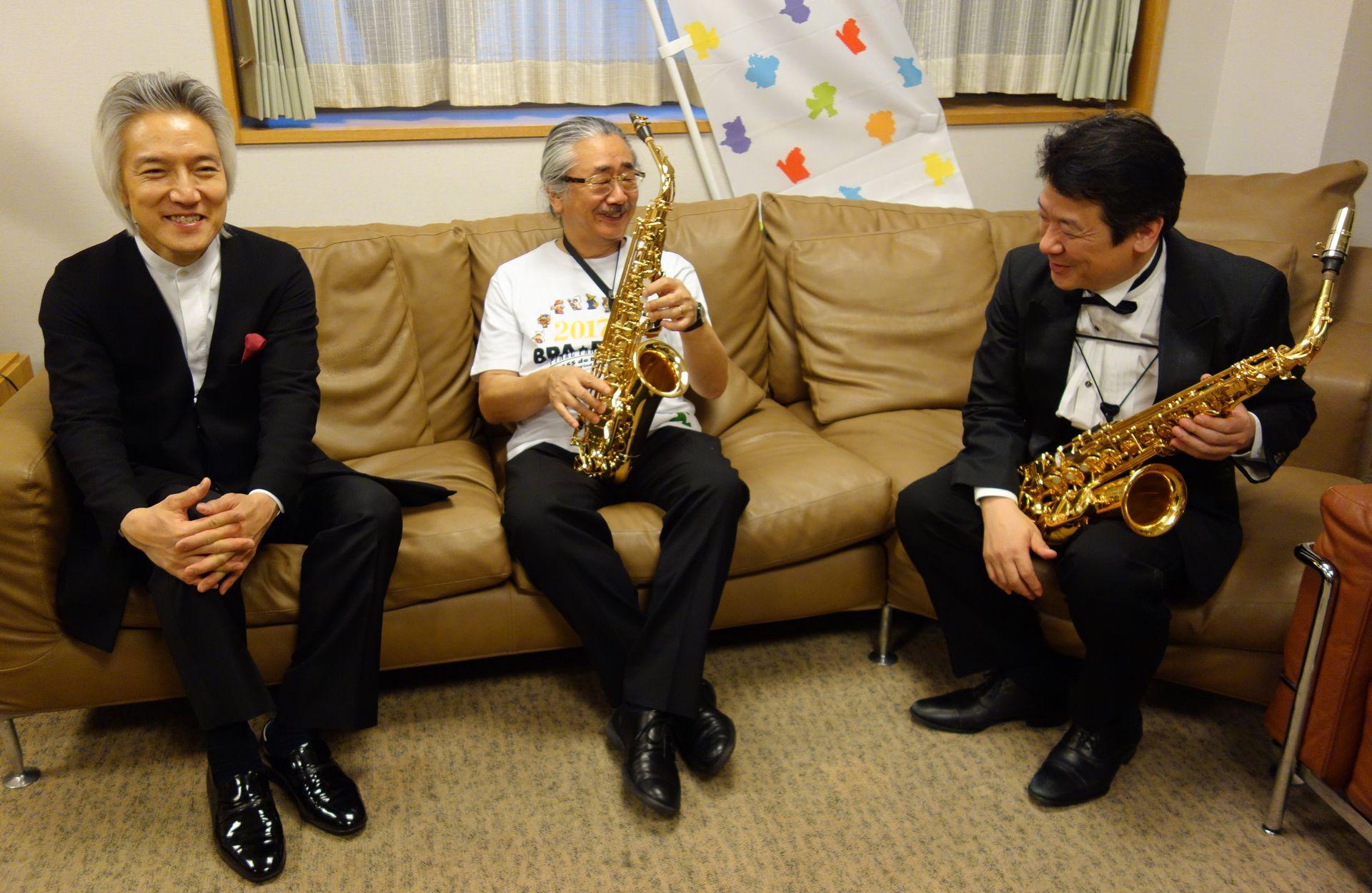 初演を終えてリラックスした表情の3人。左から指揮者の栗田博文氏、作曲家兼制作総指揮の植松伸夫氏、コンサートマスター兼サックス奏者の榮村正吾氏