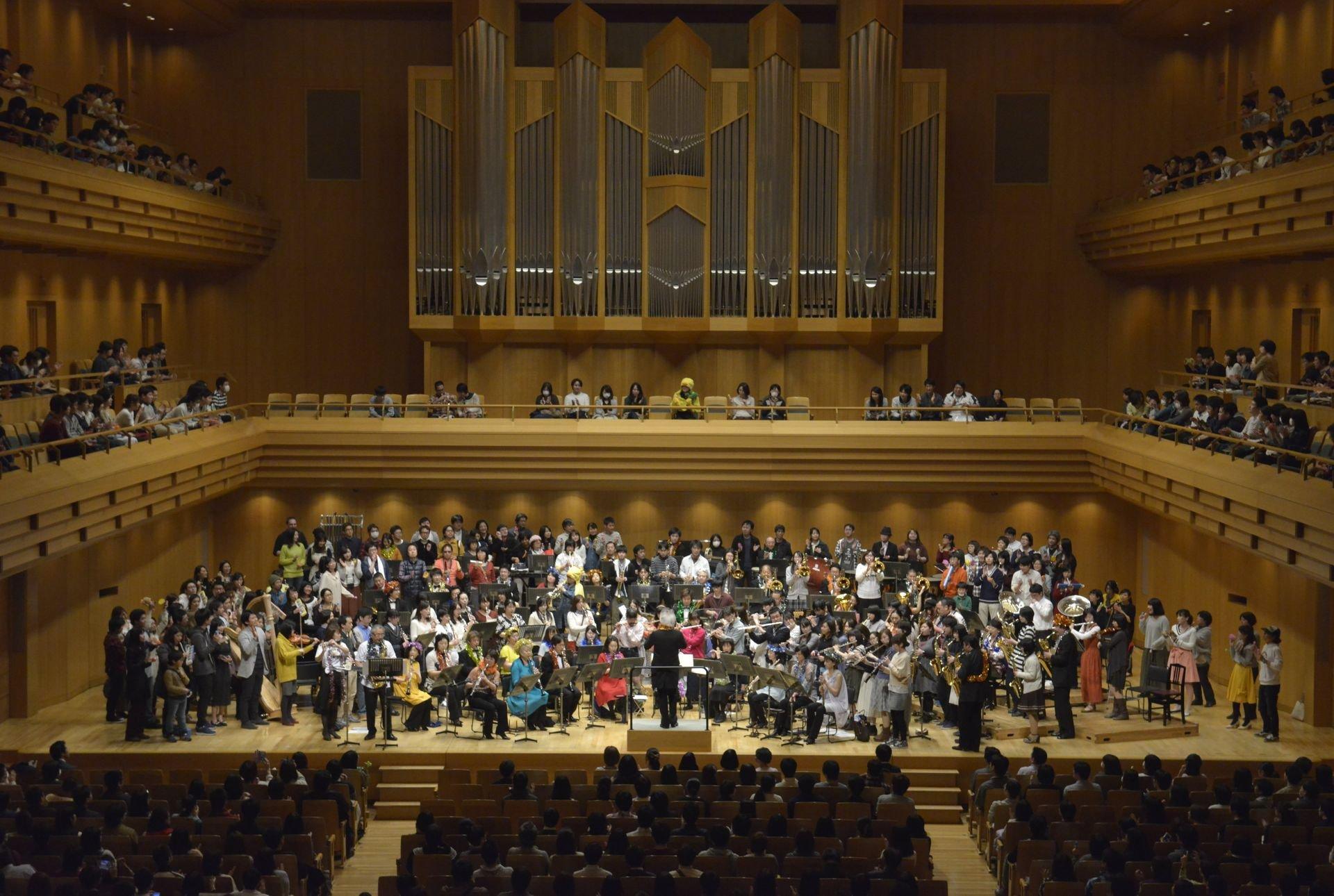 「マンボdeチョコボ」演奏風景。シエナ・ウィンド・オーケストラと参加者でステージがギッシリ埋まっている