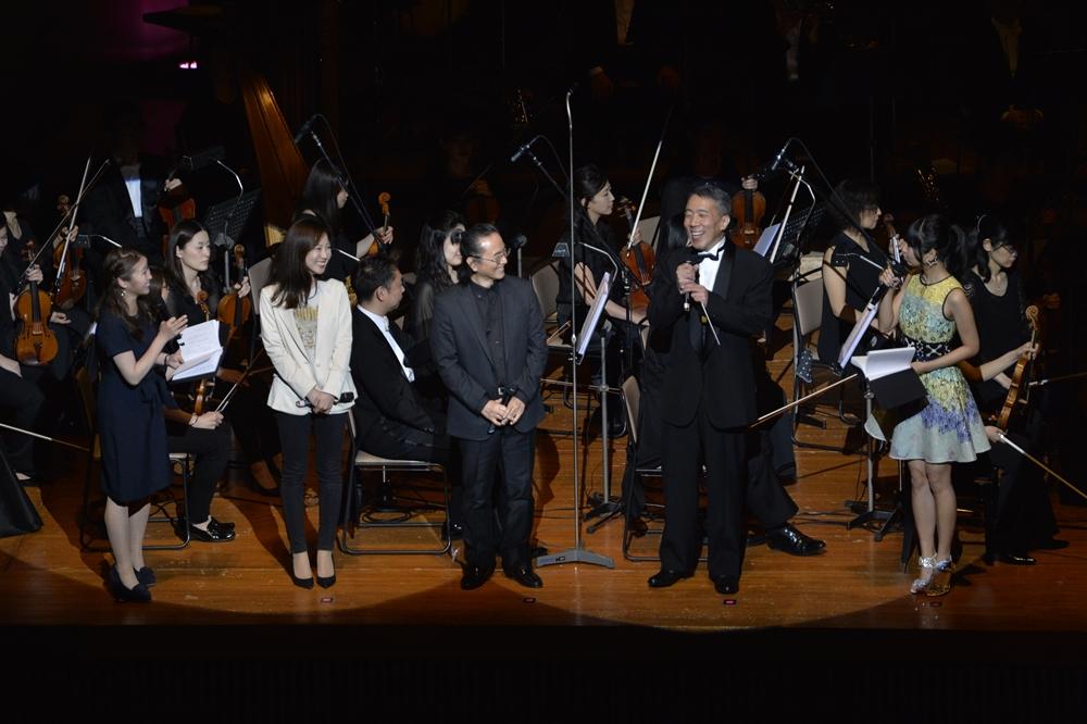 左から、楪さん、ハル研究所サウンドチームの大原萌氏、今回指揮者を務めた竹本泰蔵さん、ハル研究所サウンドチームの酒井省吾氏、古川さん。酒井氏はオーケストラの編曲だけでなく、自らも作曲者として参加している「カービィのエアライド」にて指揮も行なった