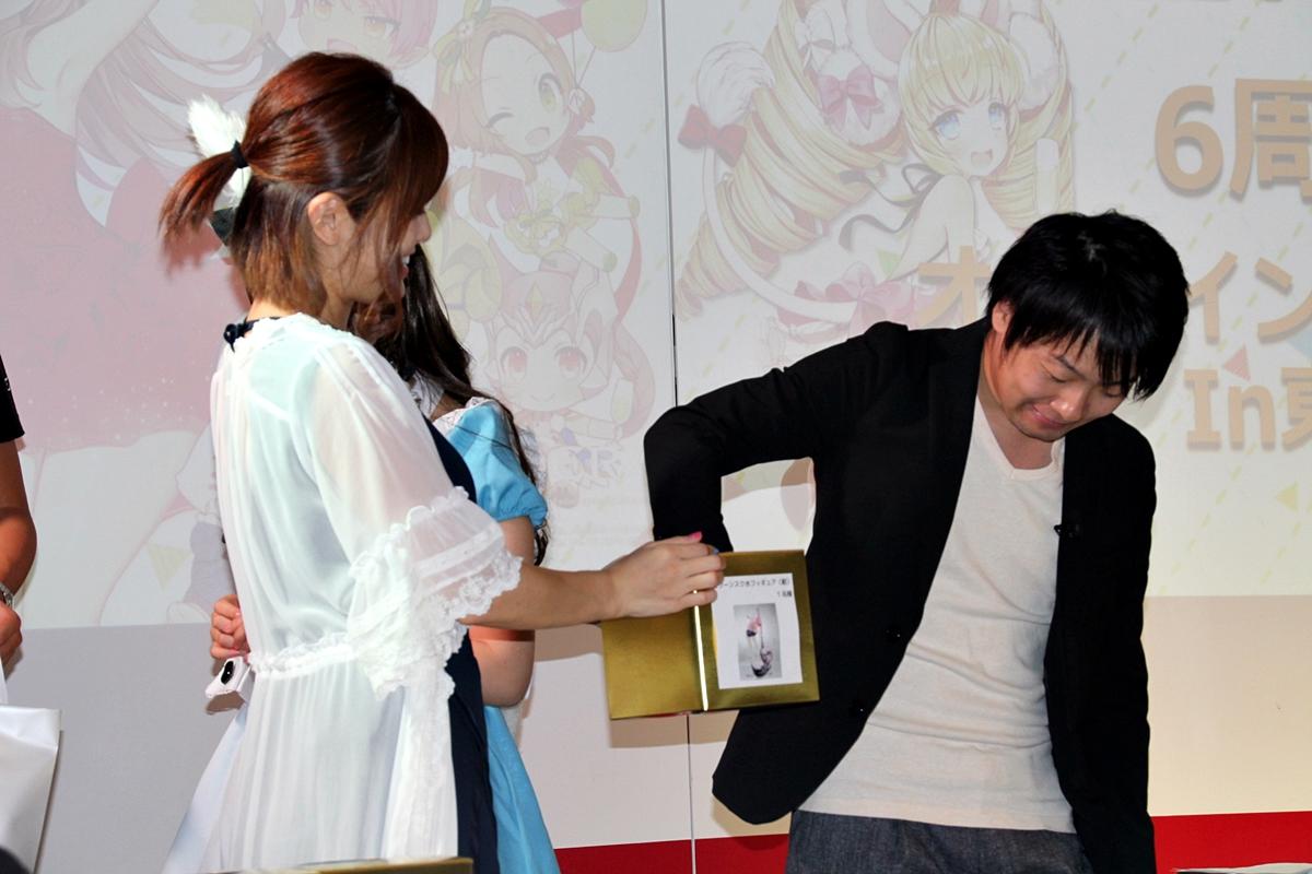 抽選会には入場時に配布された抽選券に名前を記入し、希望する商品のボックスに投函することで参加できた。廣田氏により抽選が行なわれ、当選者には景品が伊織さんから手渡された