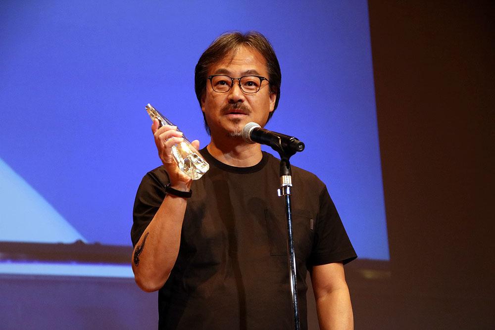 特別賞は坂口博信氏。「広報から写真撮ってきてくださいって言われて……」ということで、舞台で写真を撮影