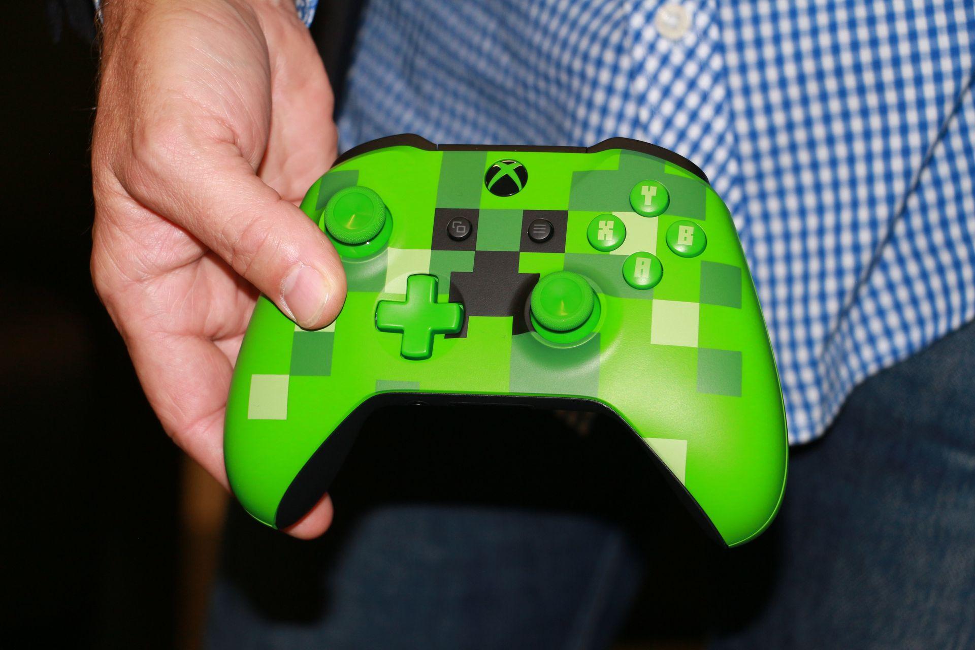 gamescomで参考展示されていた「Xbox One S 1TB Minecraft リミテッドエディション」