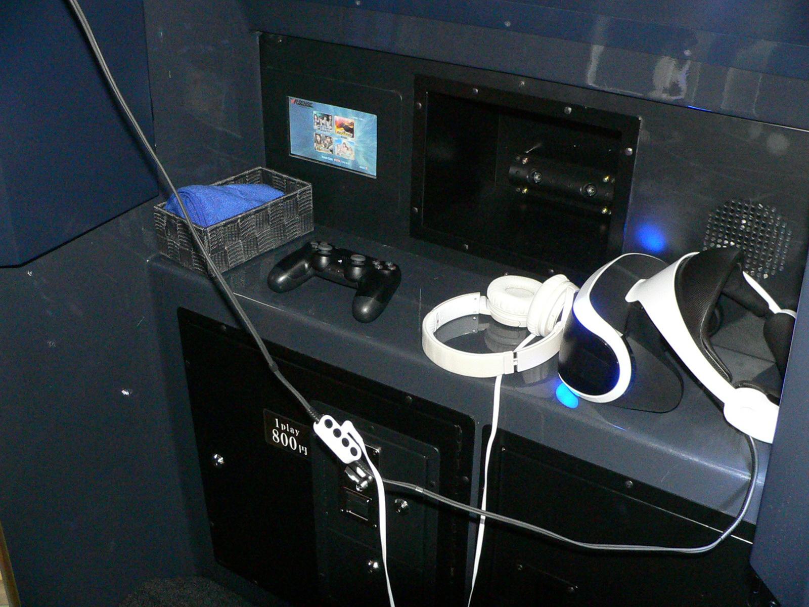 HMD(ヘッドマウントディスプレイ)とヘッドフォンを装着し、DUALSHOCK 4を使用してプレイする。操作ガイドは、筐体内にあるモニターに音声付きで表示される(※HMDのディスプレイ内にも表示される)。プレイ中はシートが上下左右に動くため、シートベルトの装着も必須だ