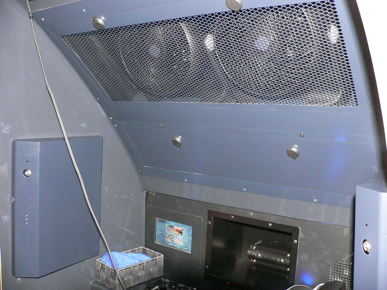 筐体内の上部にはゲーム中に風を送るための装置が、下部右側には荷物を収納するスペースと、左側にコインを投入する場所がある