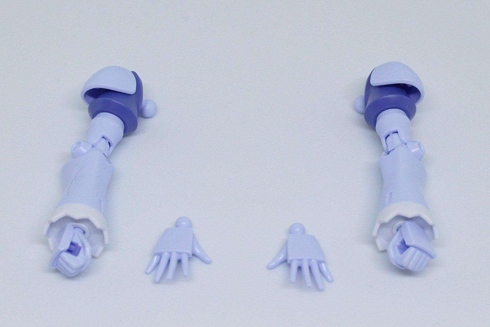 腕の組み立て。平手と拳の2種類が付属する。未使用パーツに装甲のない手があり、それも使える
