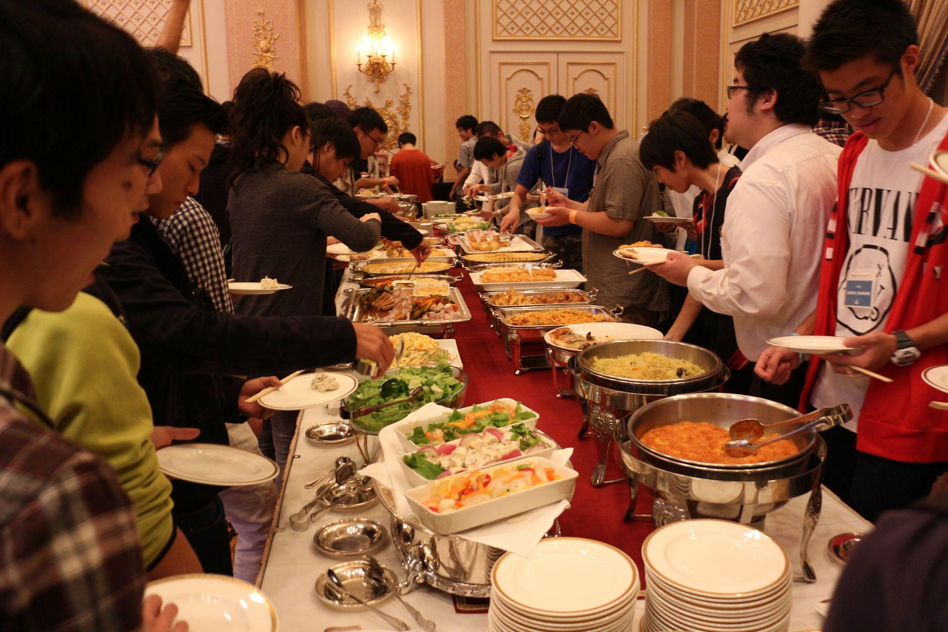関係者含め250人前後でぎっしりの会場。食事は立食形式で食べ放題、飲み放題