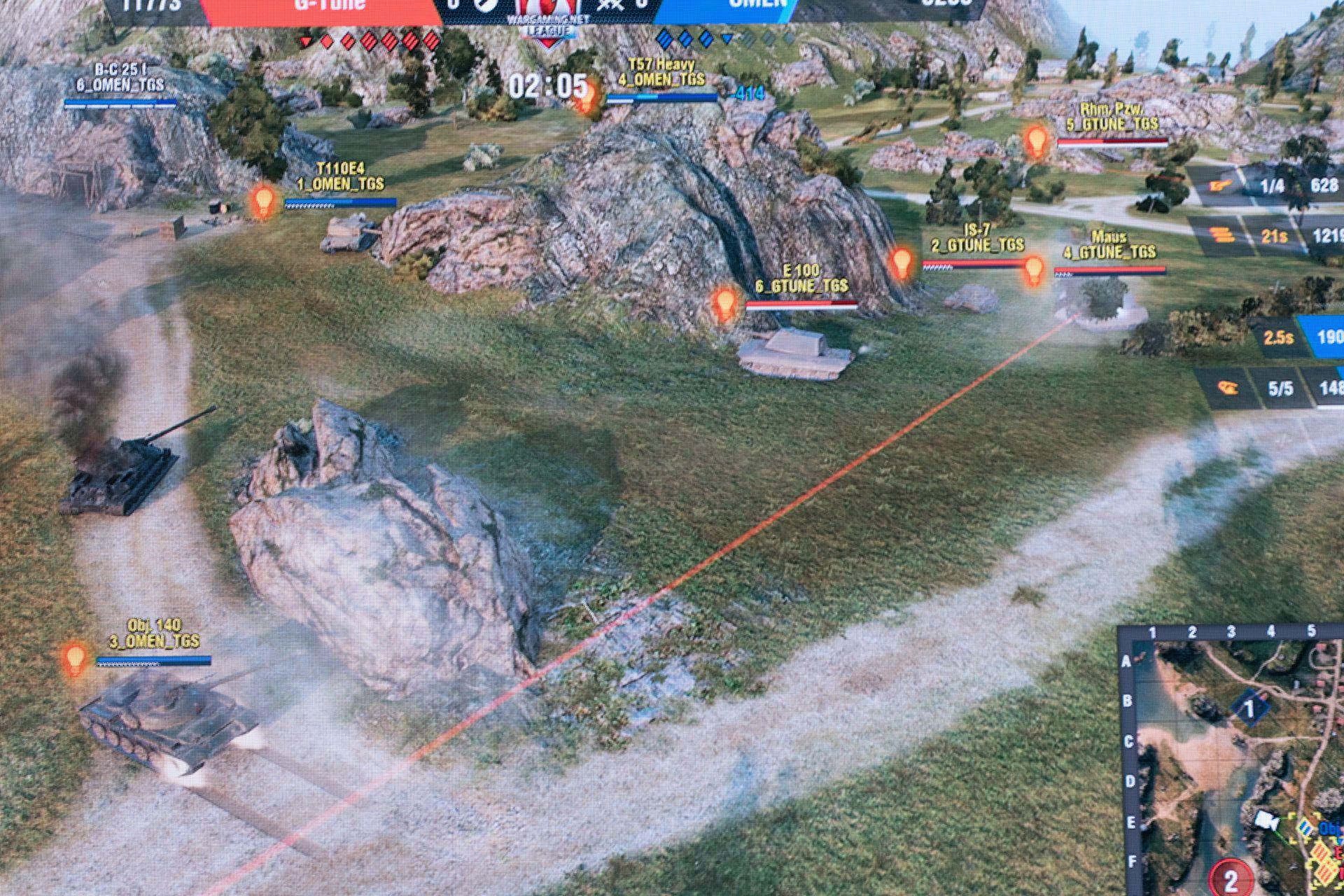 OMEN(手前)側が画面奥側の高台へ入ろうとしても、G-Tune側の重戦車3枚がそれを阻む。3台の機動も手慣れており、容易に隙を見せない
