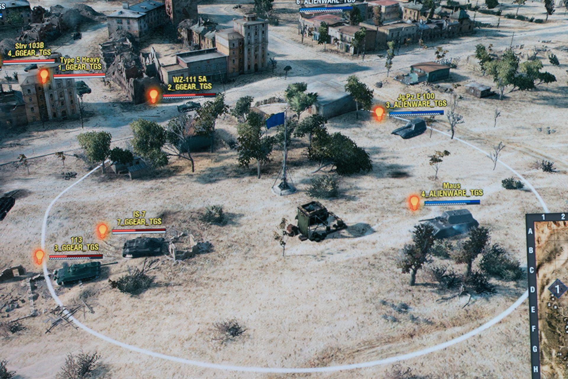 タイブレークでは早々に攻撃側(左下2両)が拠点に入り込む。ALIENWAREもこれに対応するが、拠点を緩く囲むG-Gear側の護衛に各個撃破されてしまう