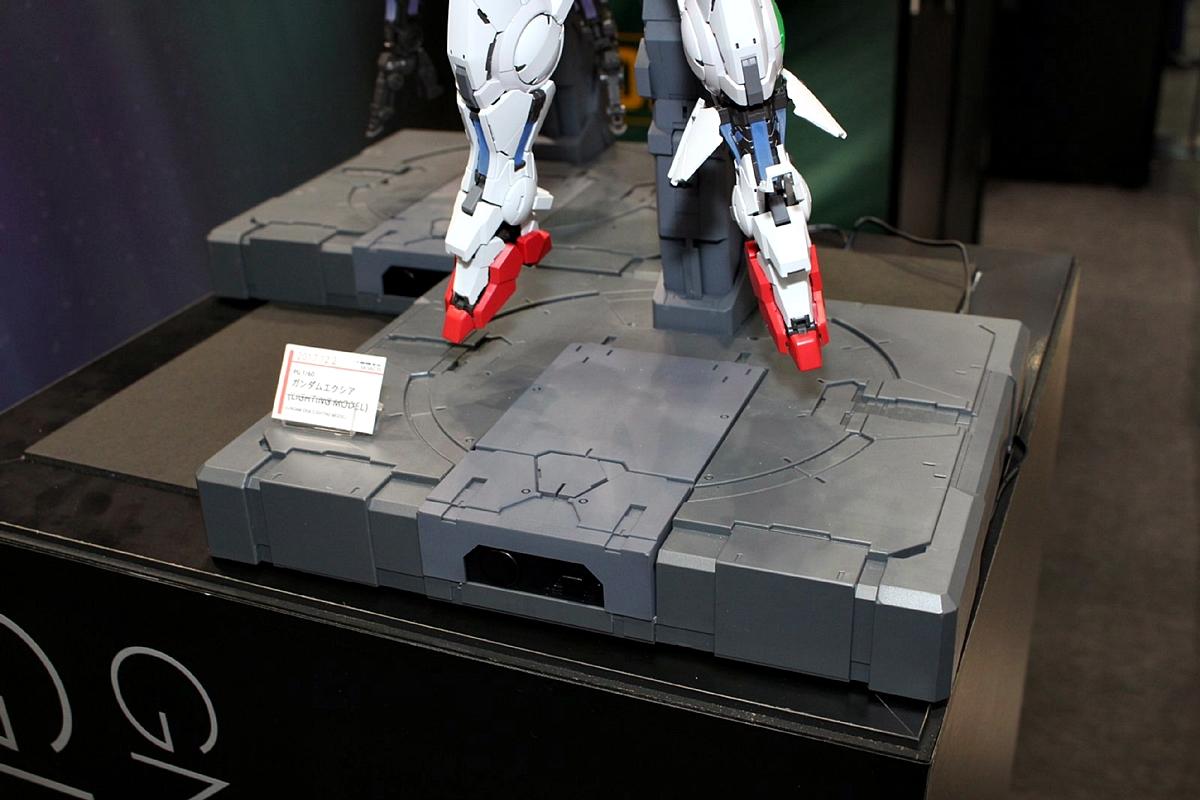 台座には単3電池×4本を内蔵。ここから電力をアームを経由して供給する