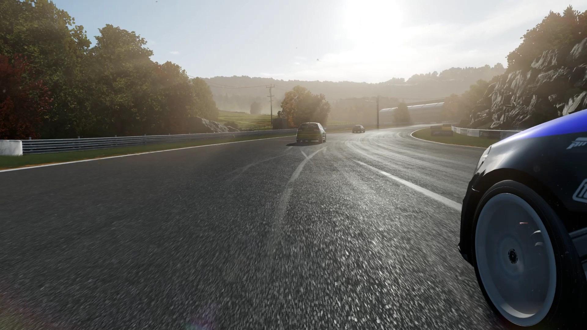 強い日差しから溢れる光がサーキットと車を照らす