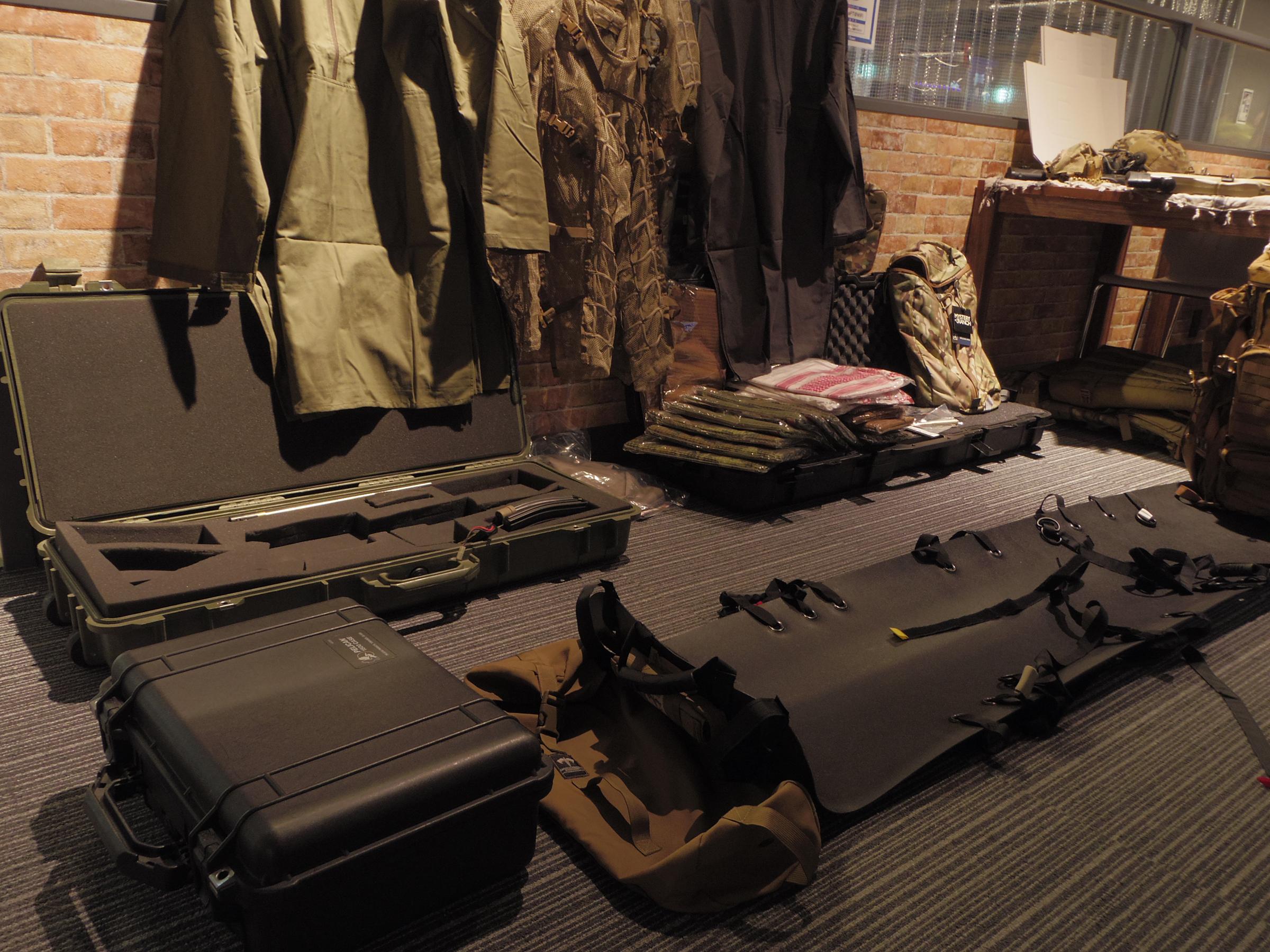 読者プレゼントとともに担架やバックパック、ライフルも展示されていた