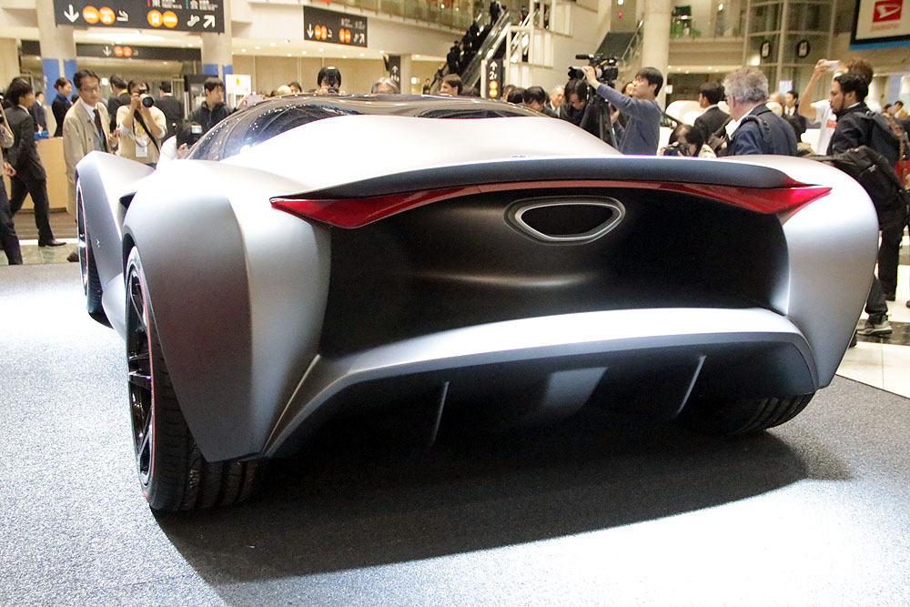 「ザガート・イゾリボルタ・ヴィジョン・グランツーリズモ・コンセプト」。美しい曲線で描かれた車体は非常に印象深いデザインとなっている。エムブレムは架空の生物であるグリフォンだが、跳ね馬を意識したデザインとなっている