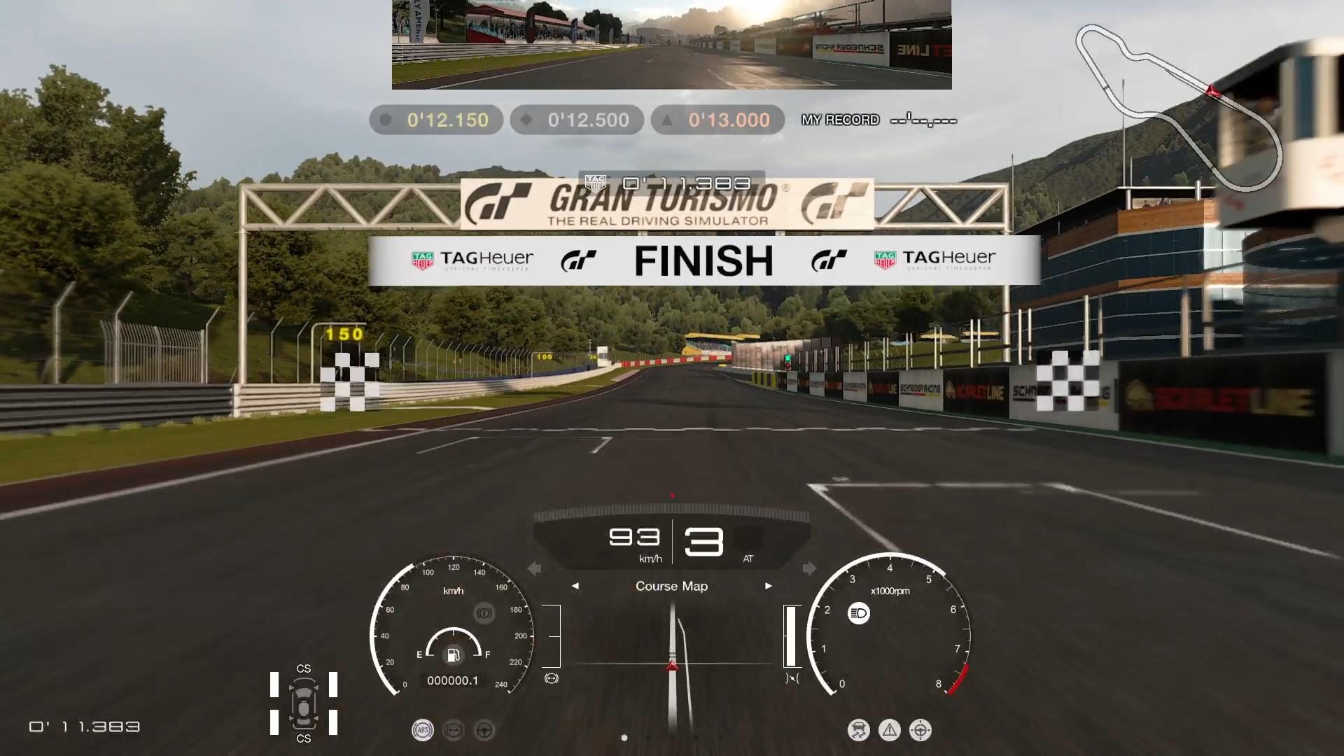 """「ドライビングスクール」最初の課題は、""""まっすぐ走る""""だけ。アクセルオンして10秒ちょっとで誰でもクリア。ここから徐々にドライビングの様々な要素へ発展していく"""
