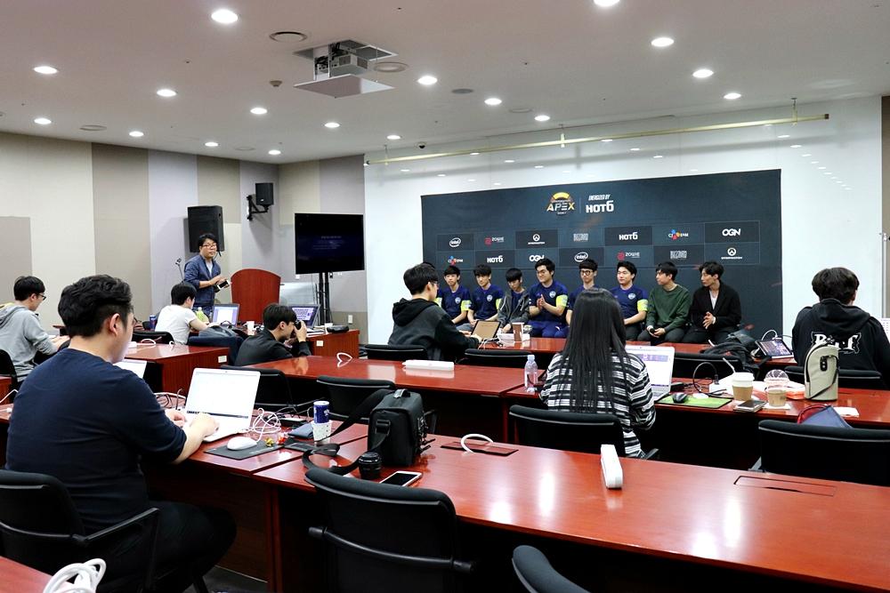 プレスルームでは各メディアの記者が集まってリアルタイムで記事をアップしている