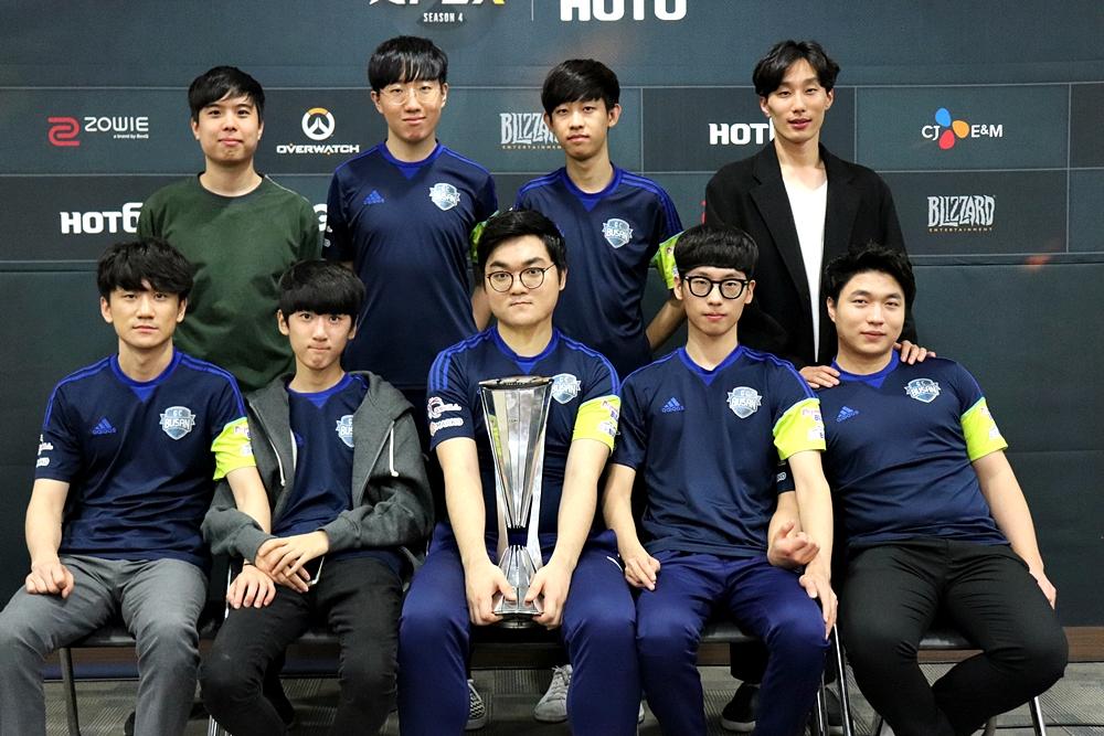 左上からHocury監督、Gesture選手、ARIEL選手、Choanggunコーチ。左下からHooreg選手、Profit選手、HaGoPeun選手、Closer選手、WOOHYAL選手