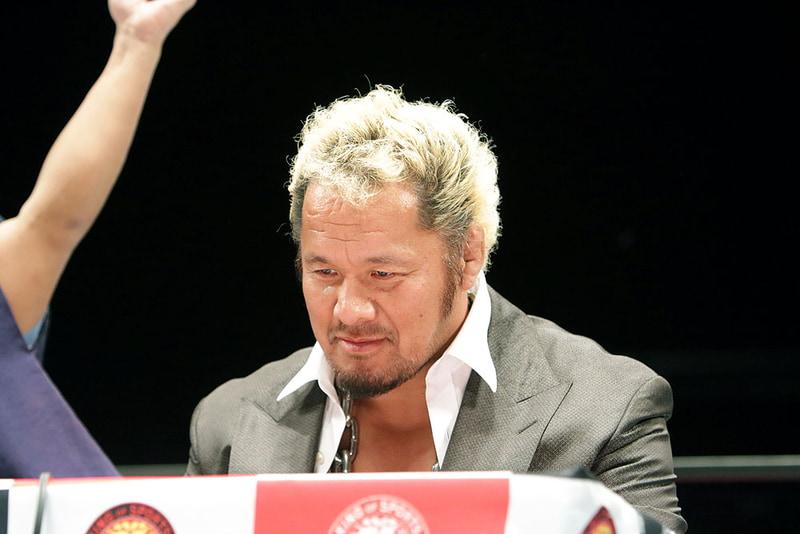 勝った瞬間、跳ねるように立ち上がりガッツポーズを決めたKUSHIDA選手。一方の真壁選手はがっくり……。ちなみにステージ裏の会見場では、松本氏に「リベンジマッチあるんすよね!」と詰め寄っていた