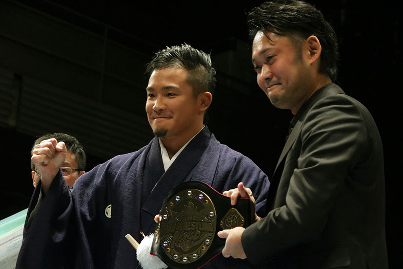 これが初代王者のKUSHIDA選手に贈られたチャンピオンベルト。なんと、10万円以上もする本格的なもの!