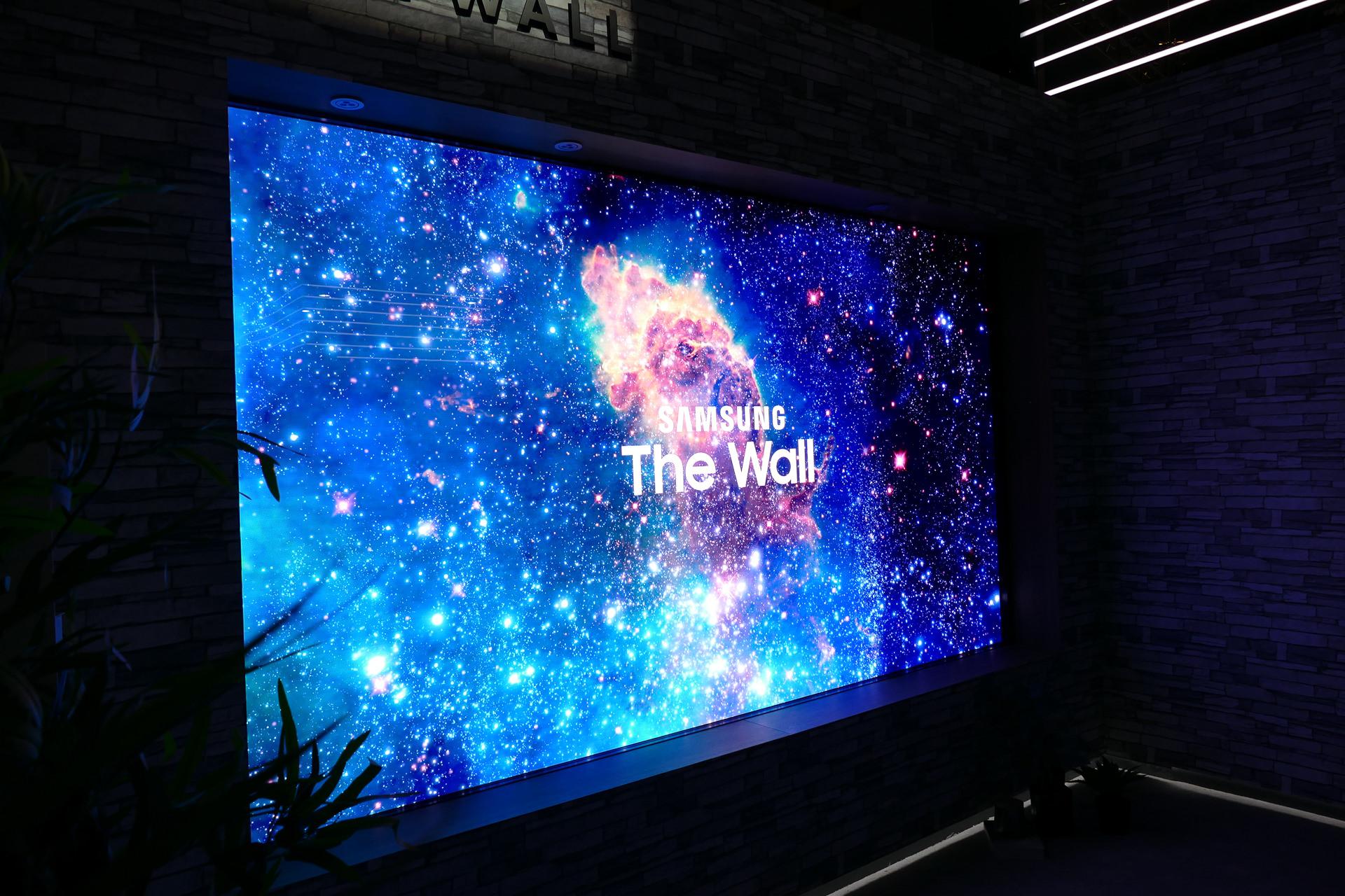 SAMSUNGの「The Wall」はMicroLEDと呼ばれる小型LEDのアレイを配置した巨大なディスプレイで146インチサイズ