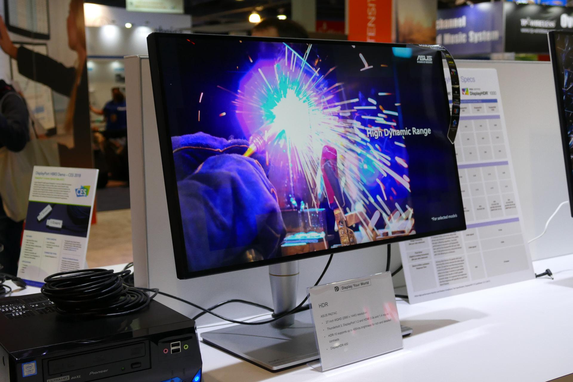 ASUSのPA27UQは期待の4K/144Hz/HDRモニターだ。写真は同画面サイズでHDRをサポートするがWQHD解像度で60HzのPA27AC