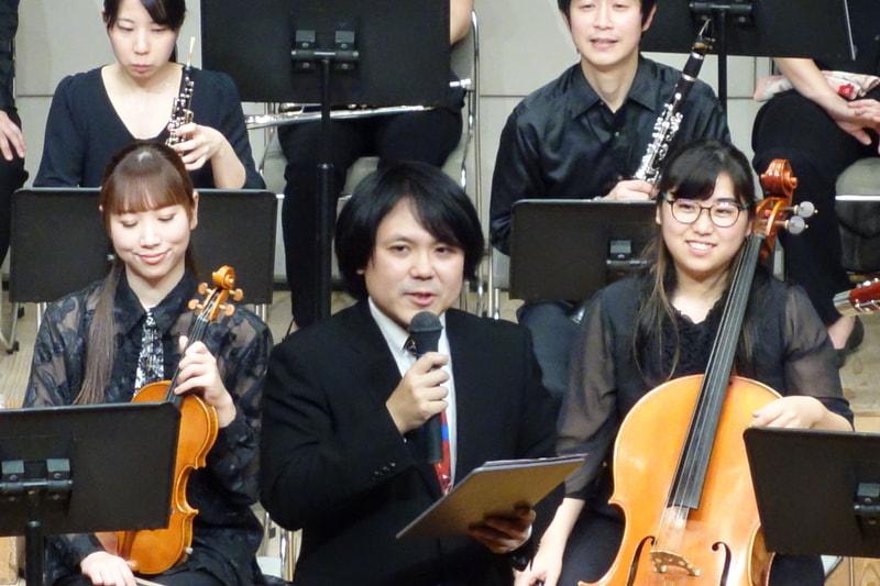 司会のNJBP代表市原雄亮氏。軽妙なトークを展開し、会場の共感と笑いを誘った。なお左手にもっているバインダー状のものは、SFCマリオペイント付属の専用マウスパッドであることが判明した