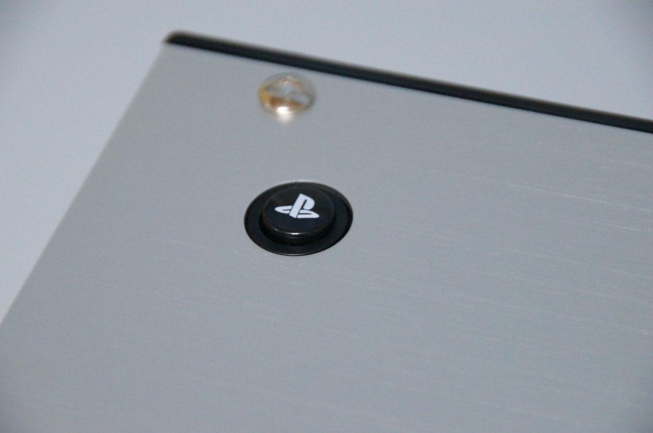レバーとメインボタン以外は、距離を離した筐体のスミにPSボタンとオプションボタンをレイアウト。その他のサブボタンは側面に配置している