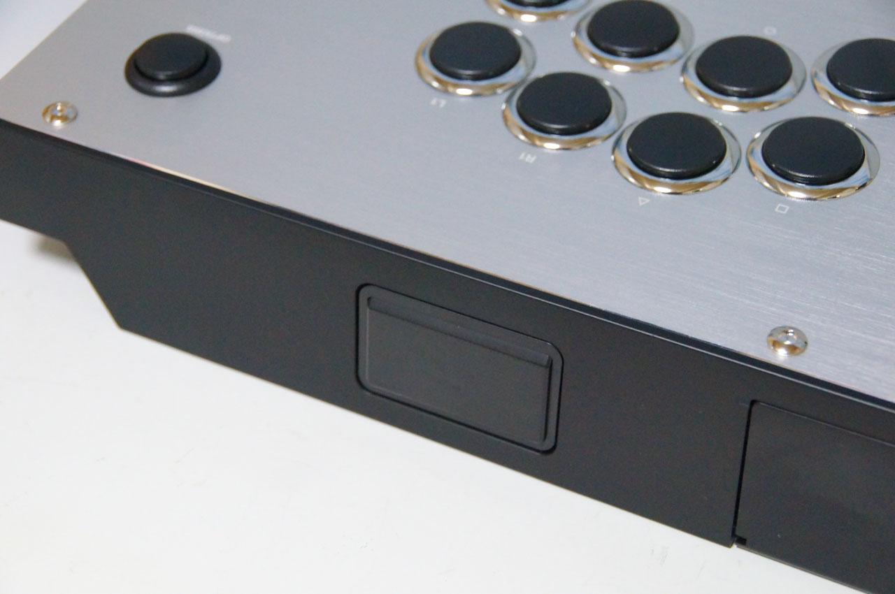 タッチパッドボタンは奥側の側面に搭載している