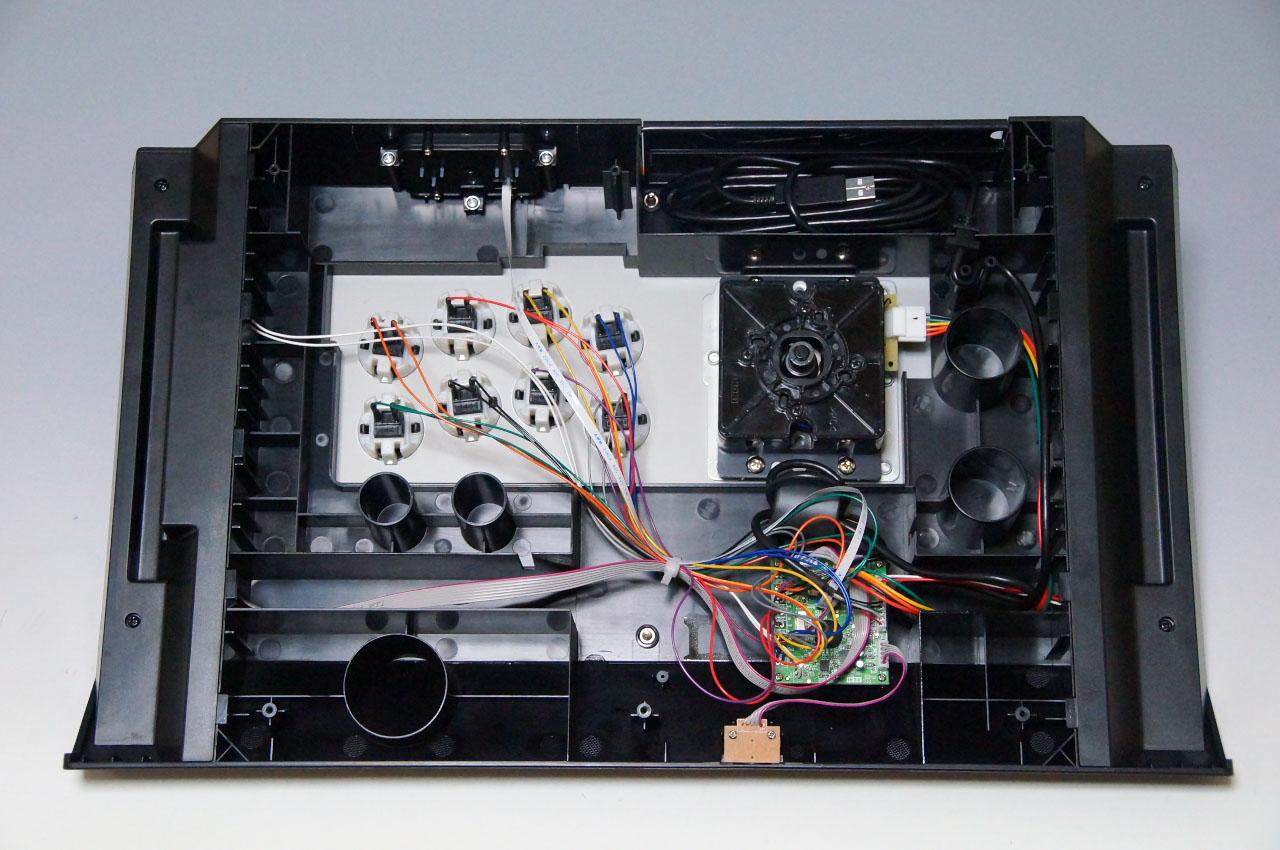 底面の金属板を外して内部を確認。封印シールがあり、剥がすと保証の対象外になるので自己責任で行なって頂きたい。ボタンはファストン端子になっているので、パーツ交換も容易に行なえる