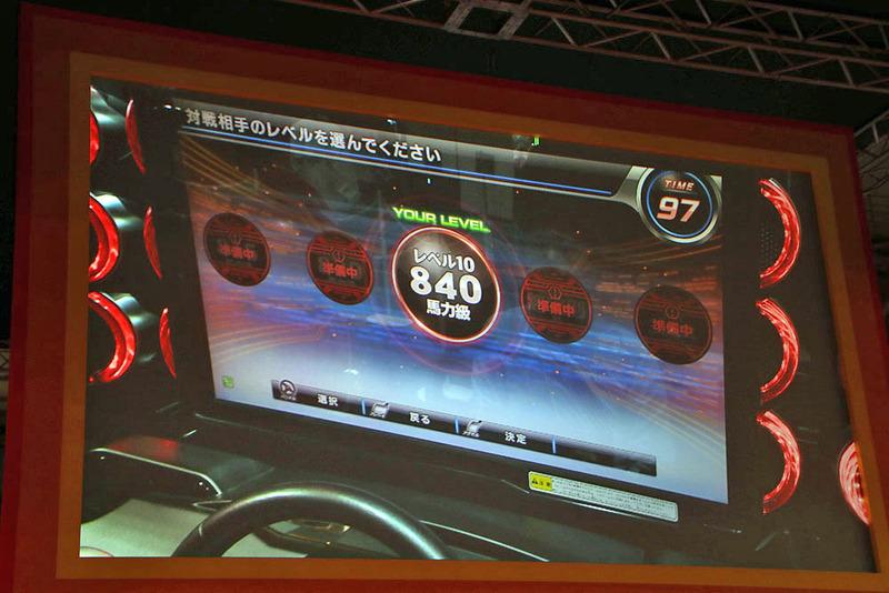 イベントステージではデモンストレーションが行なわれた。ポルシェを選択し、馬力も840まで選択可能になっていることを確認できる。ちなみに道路が赤くなっているところなども最新バージョンで反映され新しくなったところだ