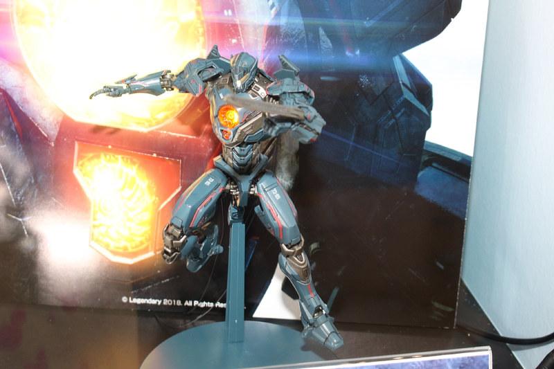 「HG ジプシー・アベンジャー」はLEDユニットと専用台座が付属した「DXセット」も発売