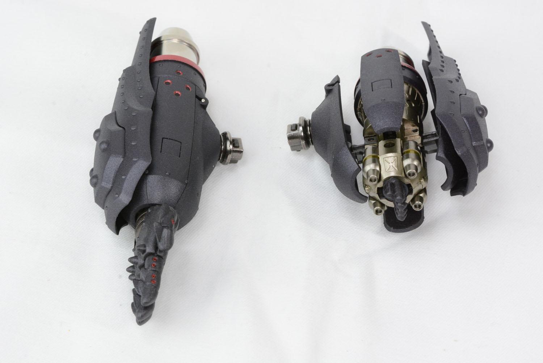 オーサンダーは通常と別な腕が用意されており、装甲が展開し内部パーツを露出できる。ストライクパイルを押し込むと砲身が前進する。腕は左右両方用意されている