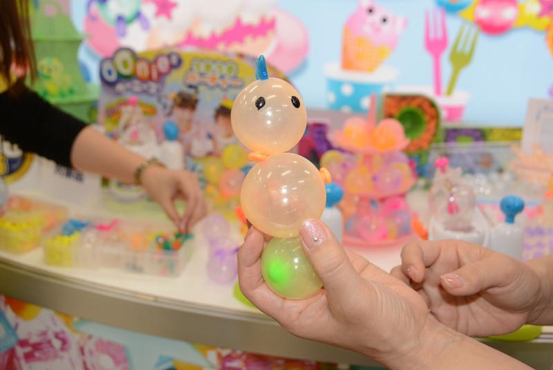 くっつけられる樹脂製風船「ウーニーズ」。子供達で大人気だ