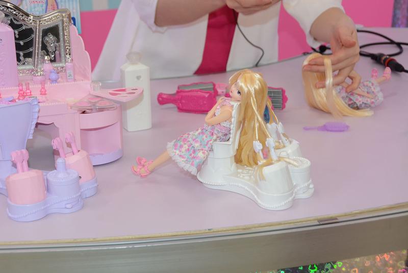 「アクアカール みさきちゃん」は水をかけて、型を使ったり編み込むことで髪の形を設定できる