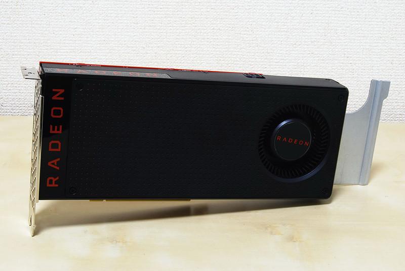 VRAMに4GBのGDDR5を搭載するRadeon RX 570。開発コードPolarisと呼ばれたGPUで、コストパフォーマンスは高い。映像出力端子はDisplayPortが3つとHDMIが1つ用意されている