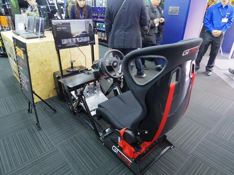 入り口近くにはレーシングコントローラーとシートも置かれている