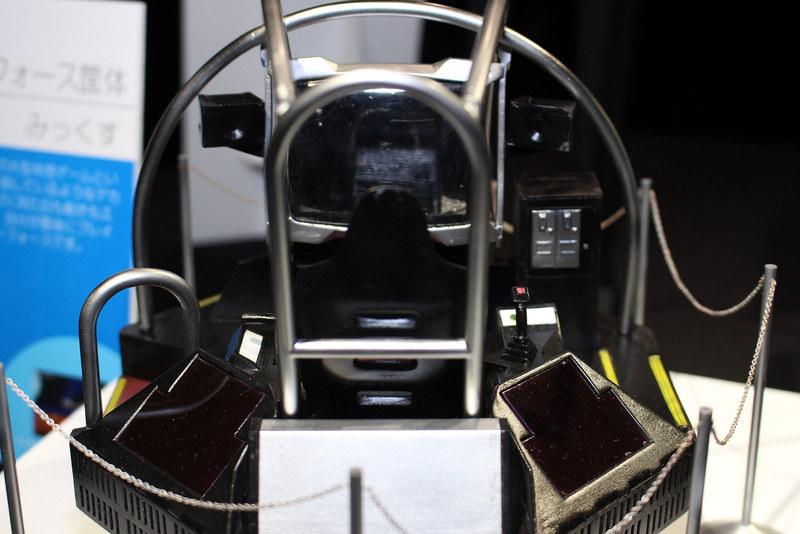 誰もが驚かされたセガの体感筐体の最高峰「ギャラクシーフォース」(1988年)の貴重なスーパーデラックス筐体を立体化。操縦桿やスロットル、周囲を囲うパイプなど、宇宙船のコクピットそのもので、今にもグルグルと回転しそうな雰囲気がある