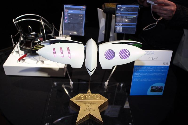 「ファンタシースターオンライン2」(2012年)より、マグの進化デバイス「ベレイ」。誰もが「あのMSでは?」と思うデザインと名称は、永野護氏の手によるものだ。制作者いわく、実物大のサイズをイメージして作ったのだとか